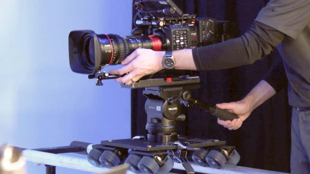 آموزش بیاموزید که چگونه دوربین فیلمبرداری خود را در حرکت قرار دهید