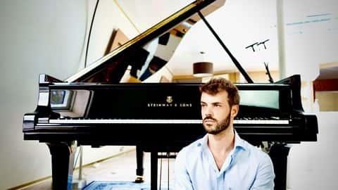 آموزش پیانو برای مبتدیان با پیانیست کلاس جهانی.
